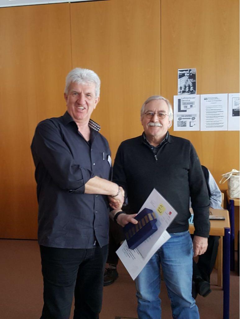 Manfred Schubö (rechts) erhält eine Auszeichnung